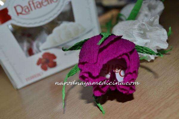 бутон розы с конфетой из гофрированной бумаги
