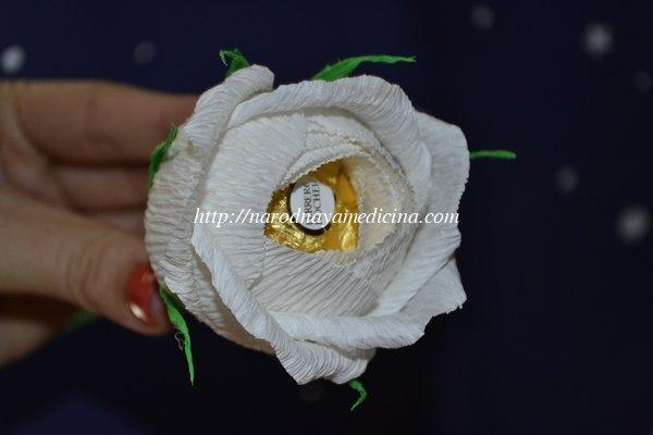 английская роза из конфет и гофрированной бумаги