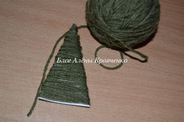 Новогодняя открытка с елочкой из ниток своими руками