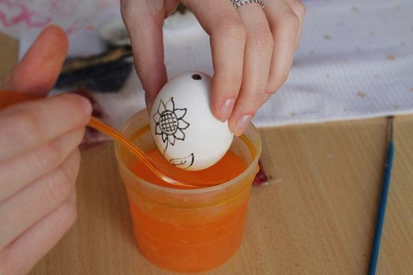 Роспись пасхальных яиц воском