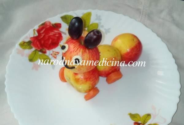 Поделка гусеница из яблок моркови винограда