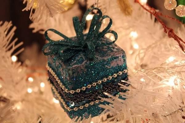 Игрушка коробочка на елку на Новый год 2019