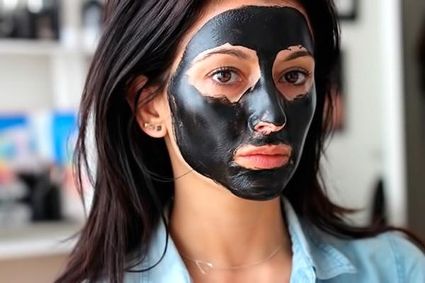 Маска из желатина и активированного угля для лица