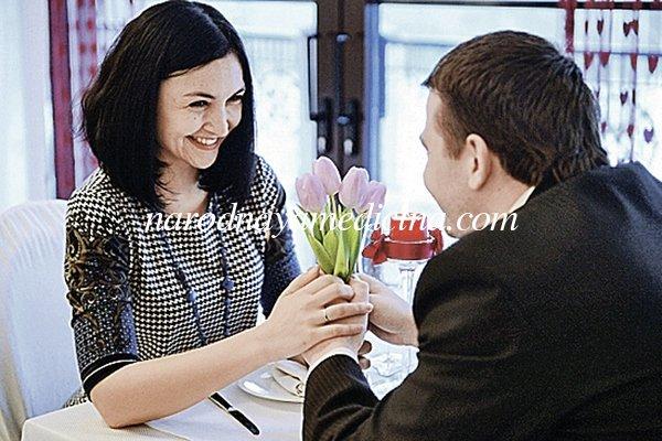 Женщина работает мужчина дома